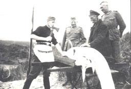 links Anton Uhlenkamp, Haus Aden, in Zivil Viehhirte Claas Eilers, Haus Nordland, Großvater von  Klarissa Eilers.