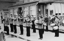 19.3.1977  Der Spielmannszug des Juister Schützenvereins mit Johann Extra als Tambourmajor