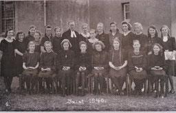 Konfirmation 1946 einige Namen:  4. v. l.  Marianne Renziehausen, r. neben Pastor Schmalz seine Tochter, 6. v. r. Rosi Meemken, 4. v. r. Ilse Bernheiden Flüchtling, sitzend 2. v. l. Sieglinde Ulrichs, 3. Sinchen Sleeper (Haus Elberfeld),
