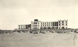 um 1940 , Kurhaus mit Flakstellung auf dem Dach