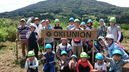 OKI UNIONの看板の前で記念写真