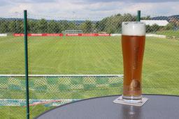 Von der Terrasse der ATS-Stadiongaststätte aus können Sie die Fußballer des ATS perfekt unterstützen,
