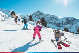 © Ötztal Tourismus; Photograf eye5; Ötztal, Region Oetz, Skiregion Hochoetz, Skifahren, WIDI, Maskottchen, blauer Himmel, Sonnenstrahlen, Winter, Skipiste, Berge, Schnee, Familie, Kinder, Landschaft, Wald, Bäume