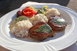 Rinderfilet mit Reis und Salat