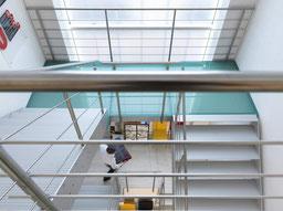brede trap in een showroom van Graah