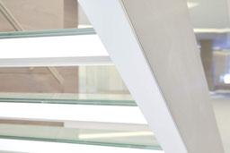 brede glazen trap in een bank van Graah