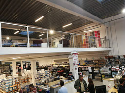 brede trap in een showroom van Graah