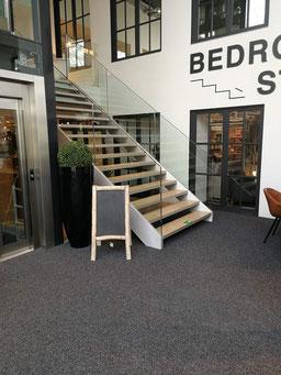 brede metalen trap met houten treden van Graah