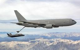 Prove di rifornimento in volo di un F-35A con un Boeing KC-767A italiano.
