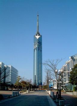 「福岡タワー」唐人町から車で5分。シーサイドももち(百道浜)地区にそびえています。