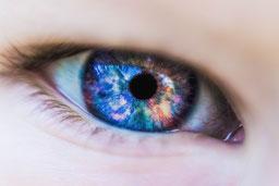 Auge von einem Menschen