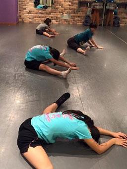 うちのチアダンスメンバーのようにストレッチ体操で腰痛予防が一番であります!