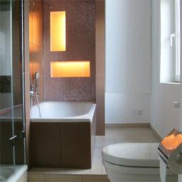 Neues Bad mit beleuchteten Nischen über der Wanne