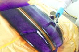 カスタムペイント、ラップ塗装車のボンネットにラップ塗装をしているところ