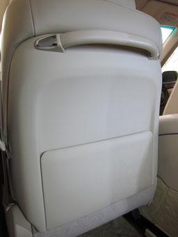 レザーシート背面汚れ除去部分と未除去部分の比較写真