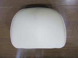 レザーヘッドレスト汚れ除去部分と未除去部分の比較写真