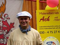 Malermeister Ach in historischer Malerkleidung