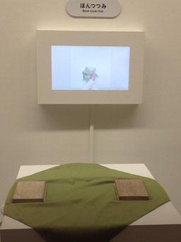 日本人の知恵の賜物、ふろしきの様々な使い方をビデオで教授してもらい、練習できます。 シンプルな1枚の布から驚くほど多様な使い方があることを実感できました。凄い。