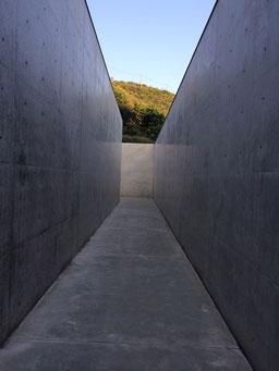 李禹煥美術館のアプローチ(一本目の通路)