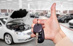 Zufriedener Kunde beim Autokauf