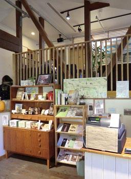 ●店内は、素敵な落ち着ける空間で、地域に関係するさまざまなグッズも並んでいます