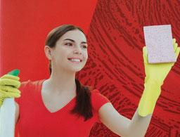 Foto einer lächelnden Frau mit Gummihandschuhen, die einen Schwamm und ein Reinigungsprodukt in den Händen hält.