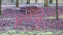 le banc rouge et le jardin en hiver à chambres d'hôtes de ker holen à saint-lyphard