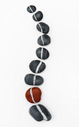 Steine als Wirbelsäulendarstellung