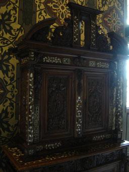 armoire à deux corps à décor de figures engainées