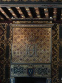 Monogramme H couronné (Henri II) et les 2 C de Catherine de Médicis qui mourra ici en janvier 1589, 8 mois avant son fils Henri III