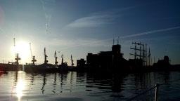 Zufahrt zum Alten Hafen rechts, Überseehafen links