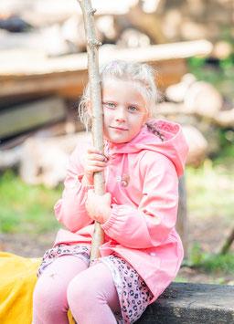 Kitafoto - Mädchen spielt mit Fingerpuppen