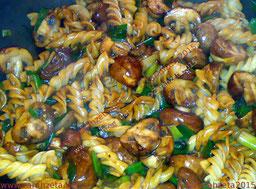 Spirellis mit Pilzen und Lauchzwiebeln