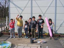 子ども縁日で遊ぶ仮設住宅の子ども達