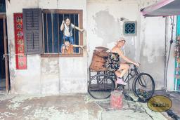 Fabienne mitten in der Strassenkunst von Penang.