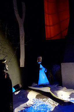 """Die Königin von Saba steht vor dem """"Baum des Lebens"""", der zur Brücke geworden ist und aus dem das Kreuz Jesu geschaffen wird, so die Kreuzlegende. Milieukrippe Lyskirchen, Krippe, Matthias Schnegg, Benjamin Marx"""