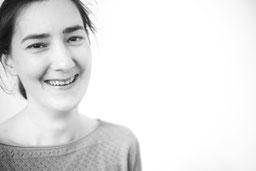 Portraitfoto in Schwarz-Weiß von Serena Laker