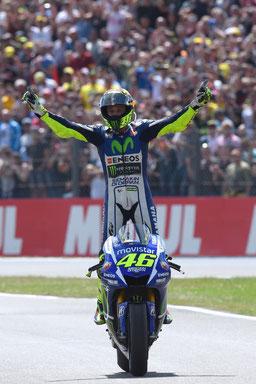 Valentino Rossi feiert sich und wird gefeiert beim MotoGP Rennen in Assen