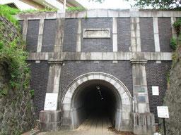 紫褐色の焼き過ぎ煉瓦と白の花崗岩で装飾された大原隧道の坑門