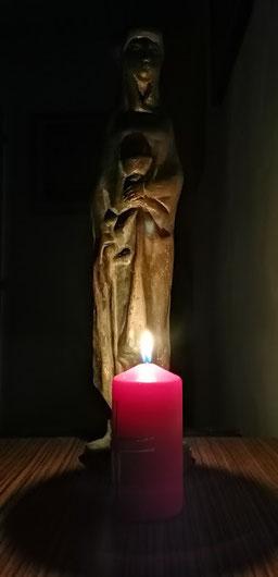 Sankt Barbara bewacht mit Kelch und Schwert jahraus, jahrein meinen Schreibtisch.