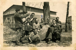 Musizierende französische Kriegsgefangene in einem Arbeitskommando. GLS