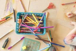 Bunte Stifte am Tisch