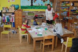 Betreuerin mit Kindern