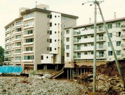 基礎が顕わになったマンション(札幌市南区)