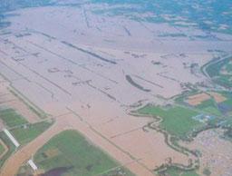 幌向川西1号破堤による豊幌地区の氾濫状況(札幌開発建設部蔵)
