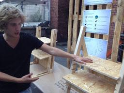 Sitzen ist das neue Rauchen. Produktentwickler Laszlo Sztana mit seinem Prototyp eines Stehpults im Juli auf der Happy Works in Berlin-Kreuzberg. Bild MSG