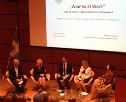 Role model Schweden? Schweden hat die größte Chancengleichheit für Frauen und Männer. Ob es Deutschland als Vorbild dienen kann, diskutierten u.a. die Ministerinnen Schwesig und Andersson im Haus der Nordischen Botschaften in Berlin. Bild MSG