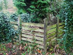 Ein Holzgerüst als Komposthaufen-Begrenzung
