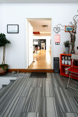 Immobilienfoto: Blick durch die Eingangstür in ein Loft hinein