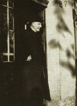 Bischof Graf von Galen 1942 am Kevelaerer  Bahnhof.